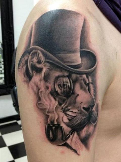 Тату на плече - лев с трубкой и в шляпе