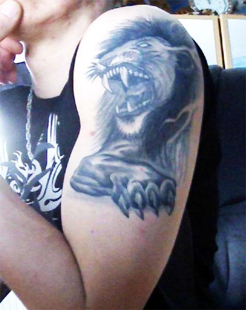 Лев на левом предплечье - фото татуировки