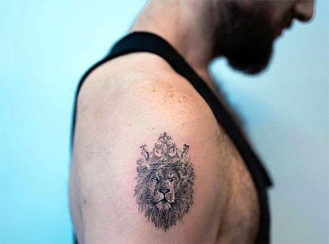 Маленькая татуировка льва с короной на правом плече
