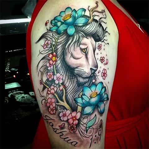 Тату лев на плече у девушки
