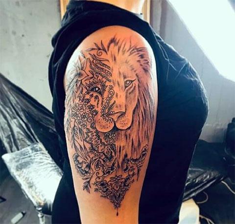 Лев на плече у девушки