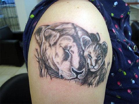 Тату львица с львенком на плече девушки