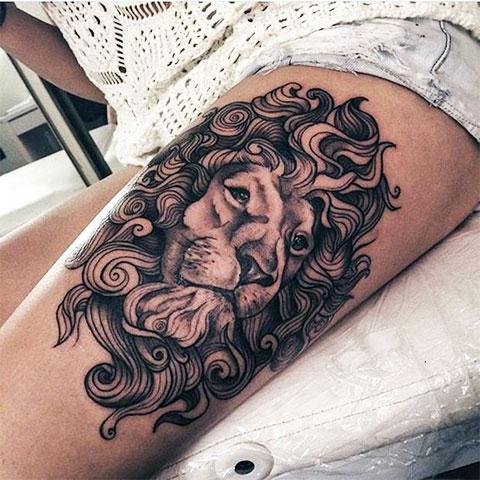 Тату лев у девушки на ноге