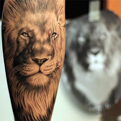 Татуировка со львом на ноге