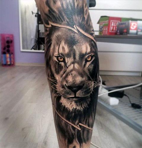Татуировка лев на ноге