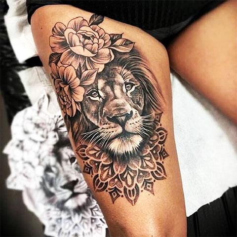 Татуировка лев на ноге у девушки