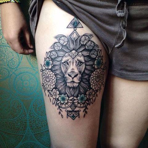 Лев на ноге у девушки - фото татуировки