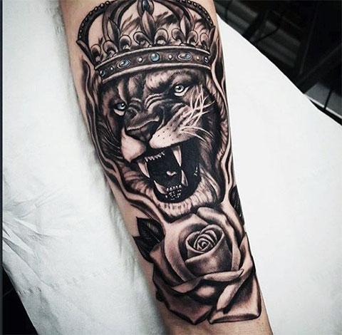 Тату лев с короной на ноге