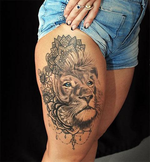 Тату со львом на ноге девушки - фото