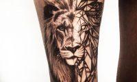 Тату лев на ноге