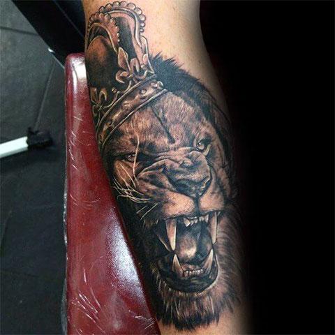 Лев с короной - мужская тату
