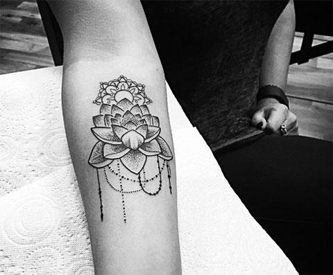 Татуировка лотос на руке у девушки - фото