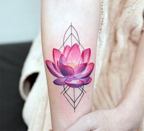 Цветная татуировка с лотосом на руке