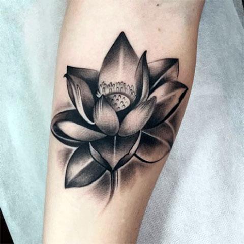 Большая татуировка лотоса на руке