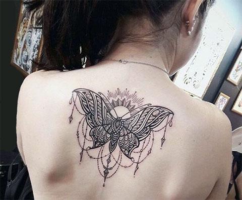 Тату с бабочкой на спине