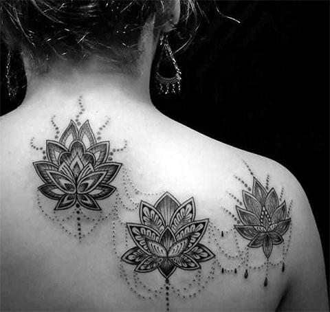Цветки лотоса на спине - фото татуировки для девушек
