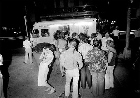 За час до трагедии. Люди стоят в очереди из грузовика с мороженым в Рокфеллер-центре во время отключения электроэнергии