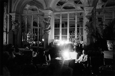 Ужин в ресторане Plaza Hotel, при свечах после отключения электричества