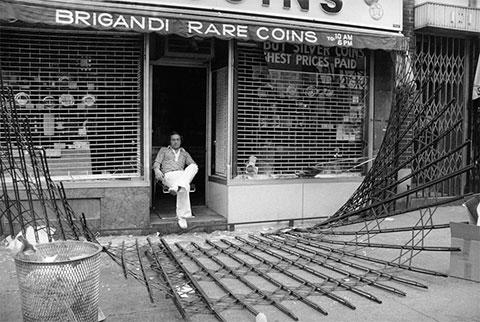 Владелец магазина охраняет свой бизнес от мародеров