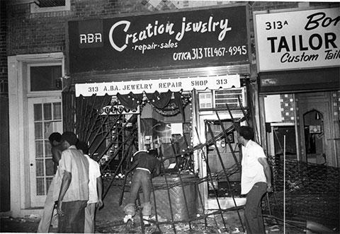 Мародеры грабят ювелирный магазин в ночь на 14 июля 1977 года