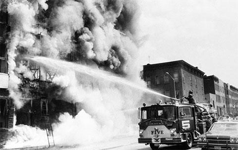 Пожарные тушат пожар в Бруклине