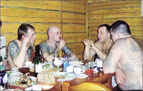 Слева: Олег Герасимович (Муму) и Андрей Меркулов (Дадон). Во главе стола Александр Тимошенко (Тимоха)
