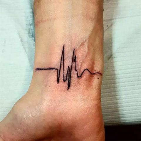 Пульс на запястье - мужская татуировка