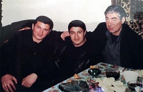 Слева воры в законе: Надир Салифов (Лоту Гули), Намик Салифов и Рауль Кирия. На свиданке у Лоту Гули в ИТК-6; пос. Бёюк Шор