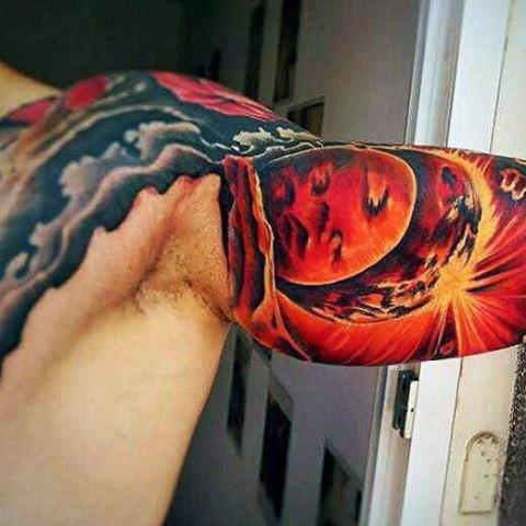 Тату солнце на руке - мужской вариант