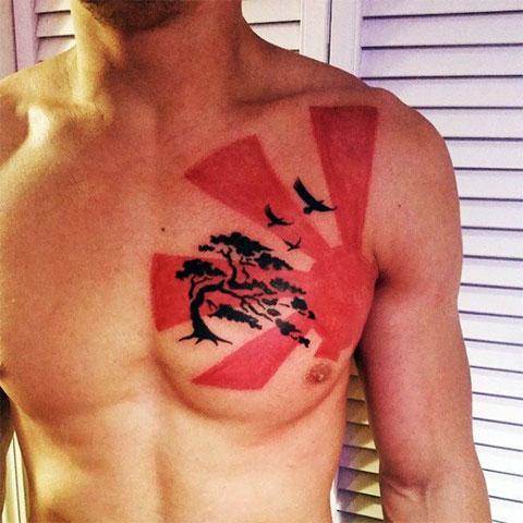 Татуировка солнца на груди