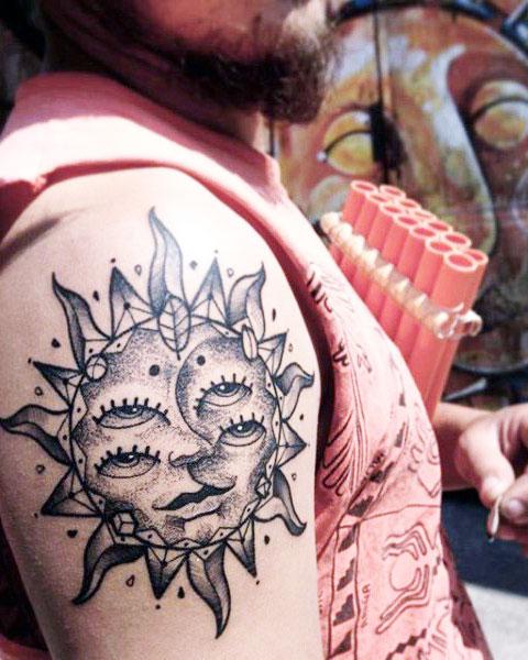 Татуировка солнце на плече