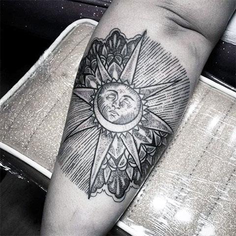 Татуировка солнца на руке
