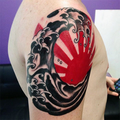 Татуировка солнца на плече