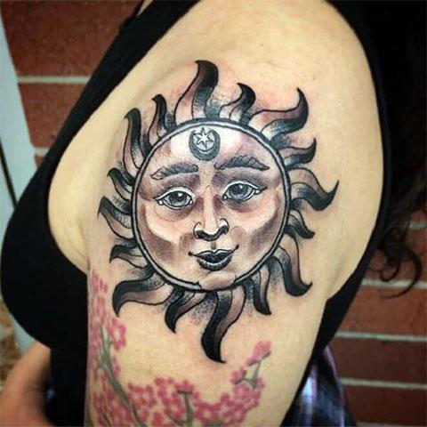 Тату солнце на плече у девушки