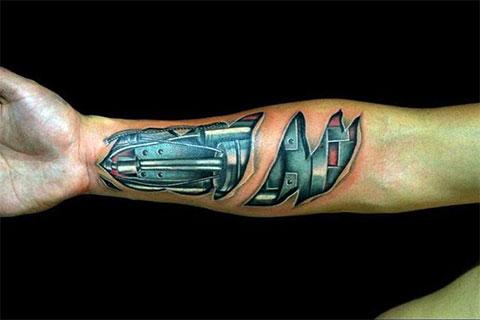 Мужская татуировка на руке в стиле биомеханики
