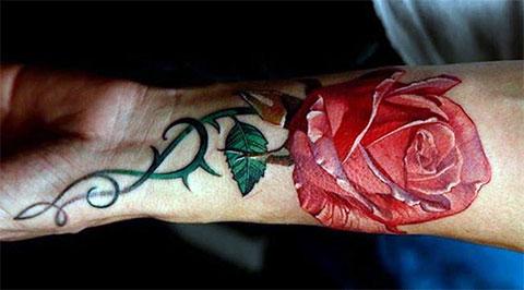 Мужская тату с цветком на руке