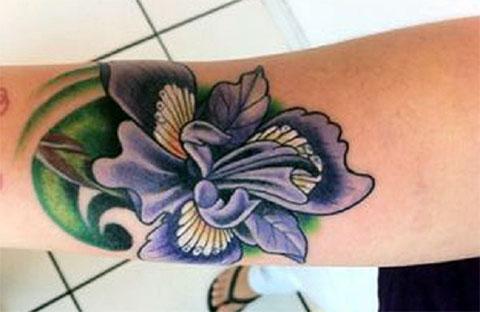 Цветная тату с цветком на руке
