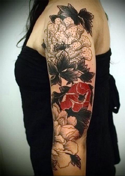 Тату-рукав с цветами у девушки
