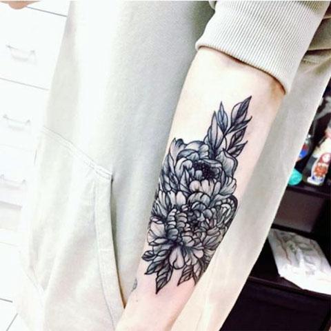 Тату цветы на руке у девушки