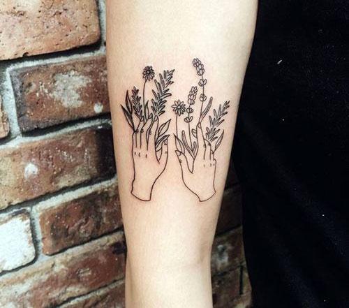 Черная татуировка с цветами на руке