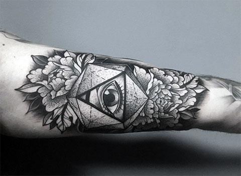 Мужской вариант тату с цветами на руке