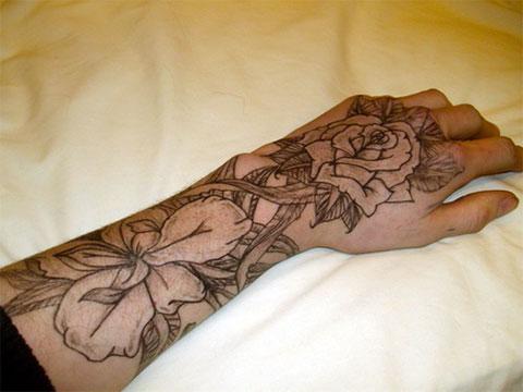 Тату черные цветы на руке у девушки