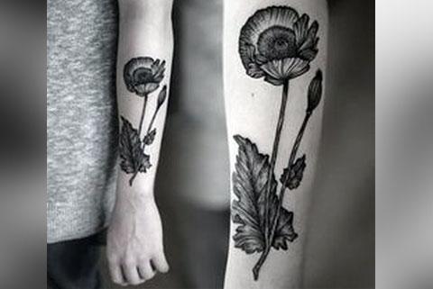 Тату черные цветы на руке