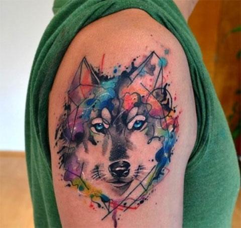 Акварельная татуировка волка на плече