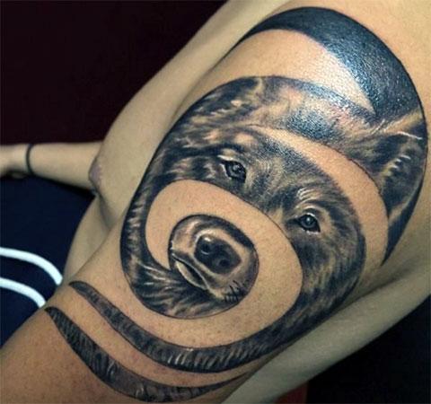Необычная татуировка с волком на плече
