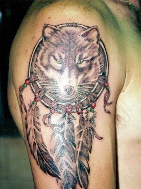 Тату волка на правом плече