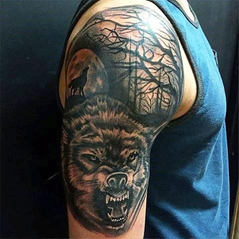 Сюжетная тату с волком на плече