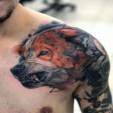 Тату волка на плече