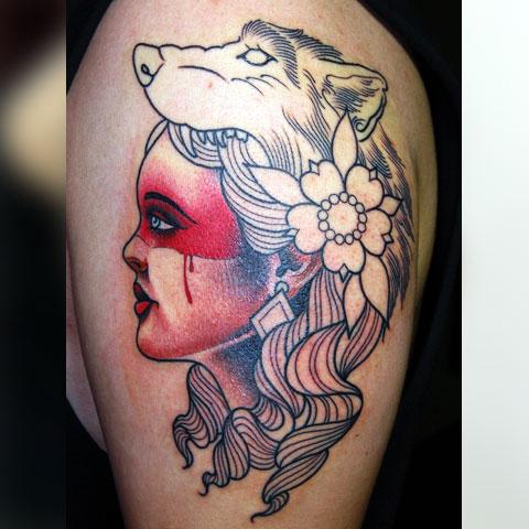 Тату волк на плече у девушки