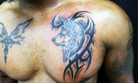 Тату волка на груди